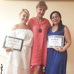 Анна Володина и Айтен Халилова вместе с директором тренингового центра «Формула Любви»